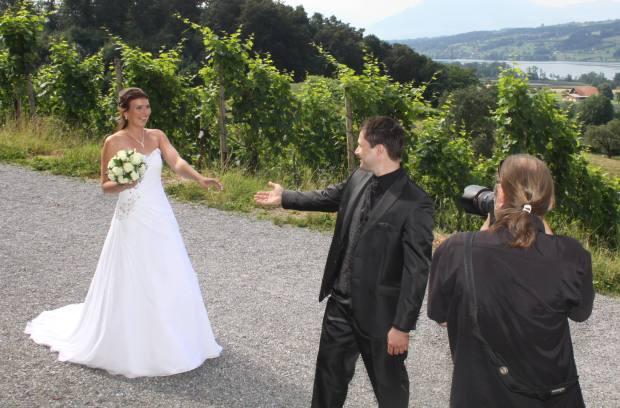 Bräutigam sieht seine Partnerin zum ersten Mal im Brautkleid.