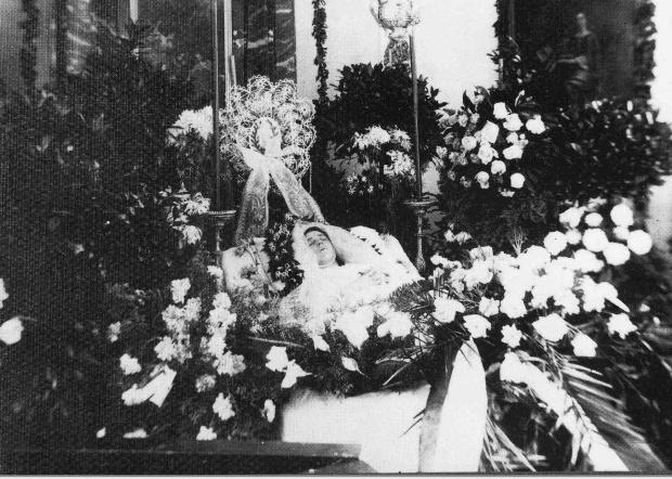 Hedwig Schmid, aufgebahrt in der Schlosskapelle (1916), nach dem tragischen Unglück beim Fahnenaufzug.