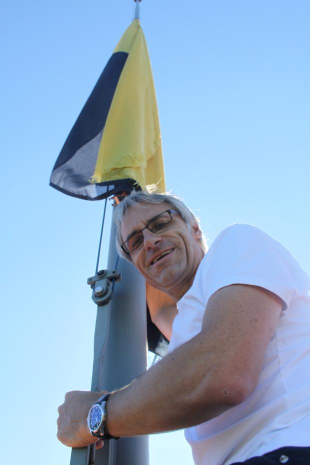 Dieter Ruckstuhl zieht die Heidegger Fahne auf dem Schlossturm den Mast hoch.