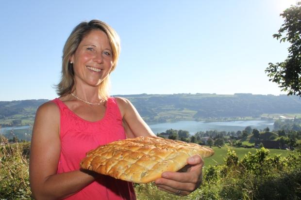 Ines Ruckstuhl-Bättig tischt mit ihre Hausspezialität auf: Speckbrot mit Baumnüssen.