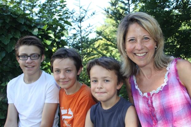 Von links: Linus (15), Elias (13), Anian (9) und Ines Ruckstuhl-Bättig (44).