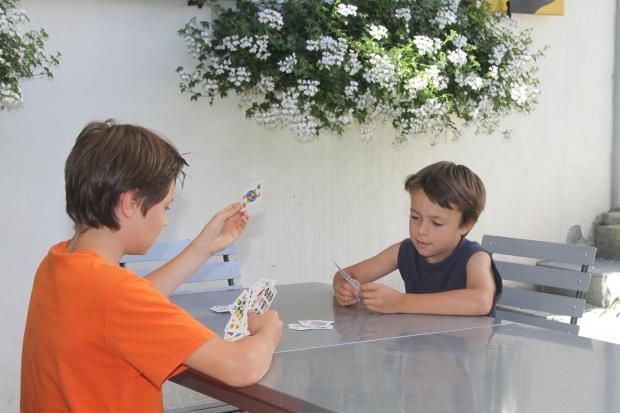 Elias und Anian beim Kartenspiel.