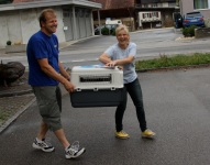 Edgar Bürli packt mit an und bringt mit Hundezüchterin Daniela Steffen die Welpen ins Böttu-Taxi.