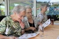 Die Frauen studieren die Dessertkarte.