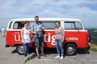 Die Fahrgäste und die Fahrerin präsentieren sich mit dem Böttu-Taxi.